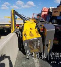 一个转弯,货车上掉下来一辆挖掘机!高速路形成拥堵