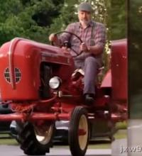 这老头开的拖拉机比保时捷911还贵,大街上已经看不到几辆了